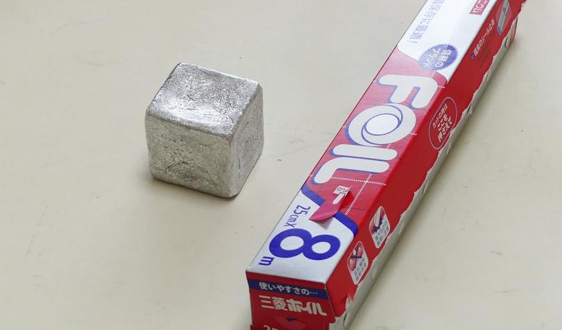 叩いた立方体のアルミ