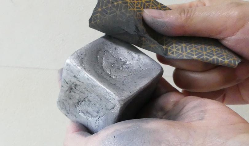 耐水ペーパーでアルミを削る