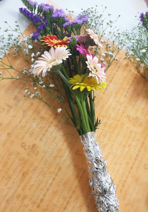 切り花ホイルで包む