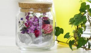 100均の光る石とドライフラワーを瓶詰めにしてみました。お花はヘテロフィラとミニバラが可愛くておスス...