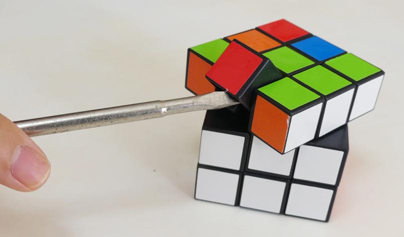 ルービックキューブを分解する