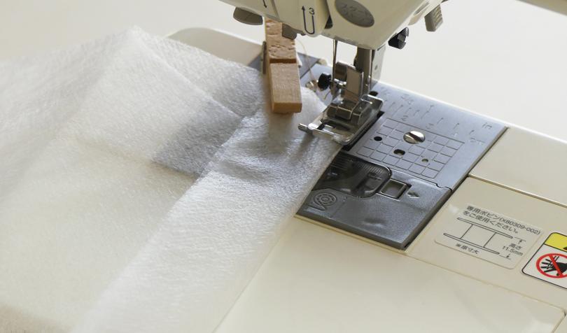 不織布をミシンで縫う