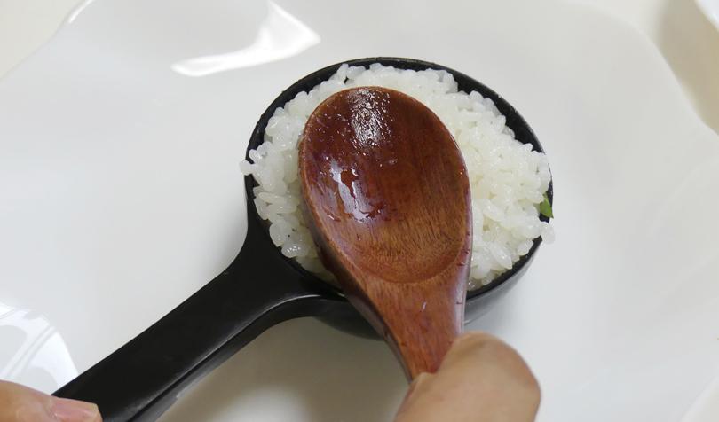 酢飯を入れる
