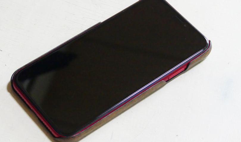 赤のiPhoneに装着