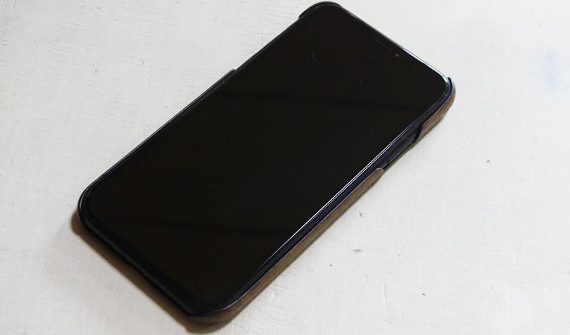 黒のiPhoneに装着
