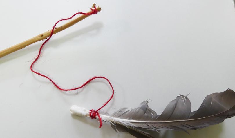 鳥の羽のおもちゃ