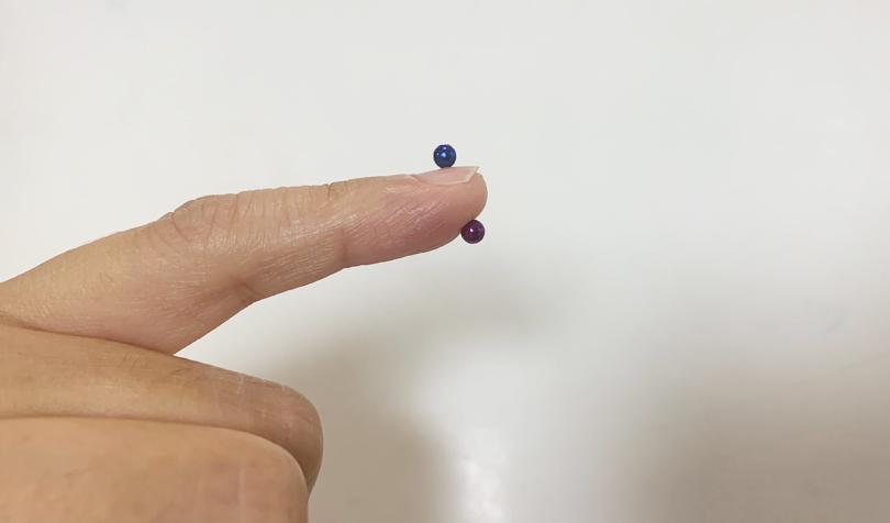 小指にくっつけたマグネットボール