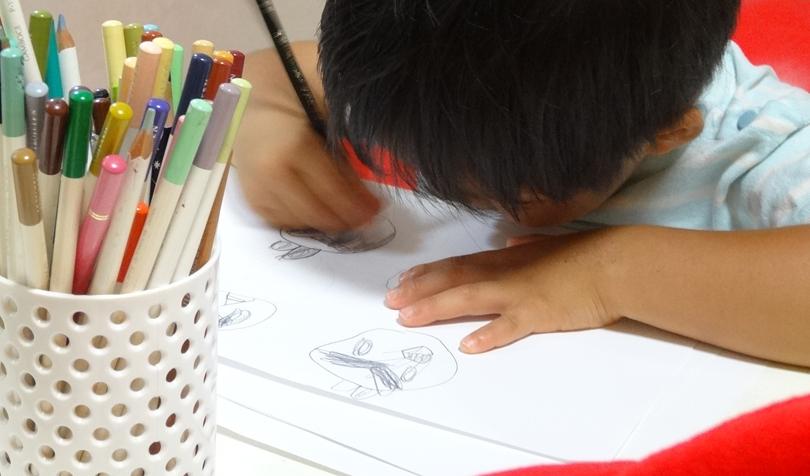 絵を描く息子